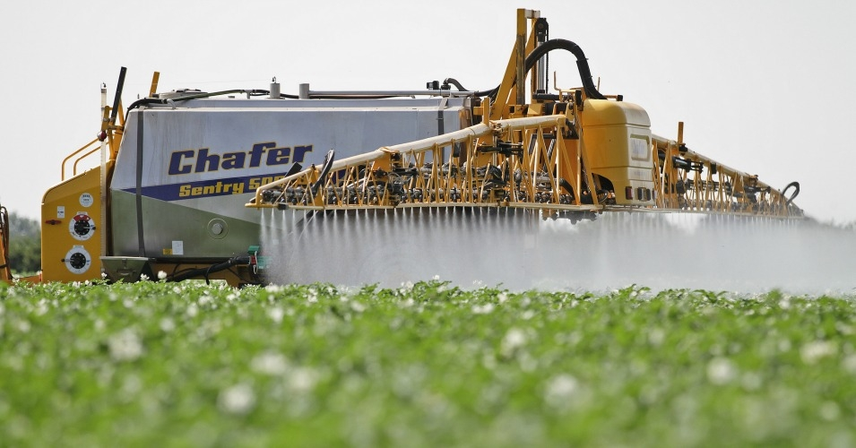 crop_spraying_by_chafer_machinery